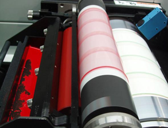 Flexografía, hot stamping, cold stamping; lo último en impresión y elaboración de etiquetas.